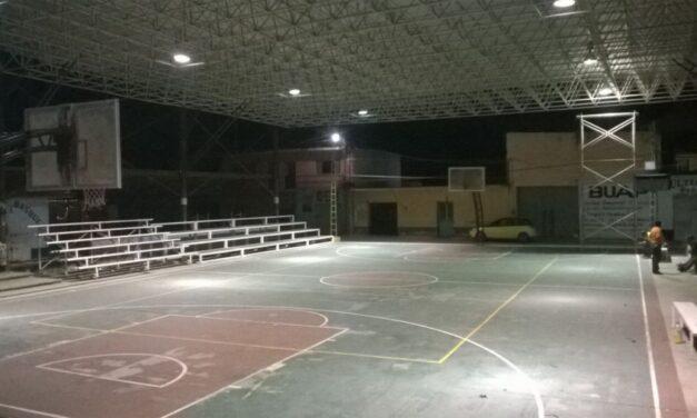 El edil de Chiautla entregó material  para alumbrado de la cancha de básquet