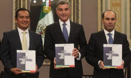 Tony Gali recibió traducción de la constitución política del estado al náhuatl