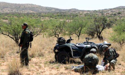 Migrantes mexicanos recatados en el desierto de Arizona después de 3 días