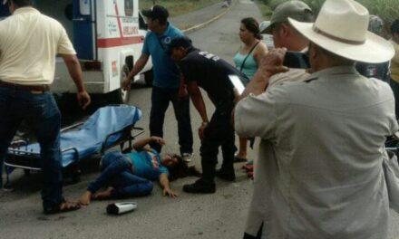 Camión lesiona a mujer en Acatlán