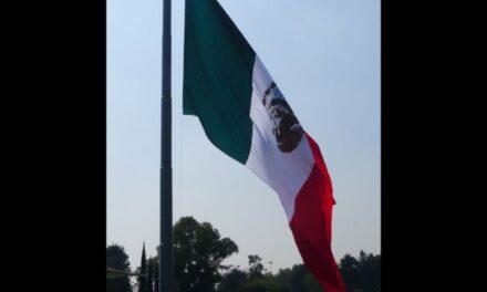 En el Día de la Bandera izan el símbolo patrio al revés