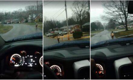 Obliga a su hijo a ir corriendo a la escuela por acosar a sus compañeros
