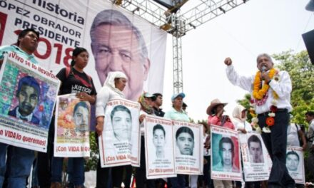 Promete AMLO una comisión de la verdad a los padres de los 43 normalistas