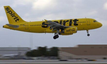 """Avión aterriza de emergencia tras fuerte olor a """"calcetines sucios"""""""