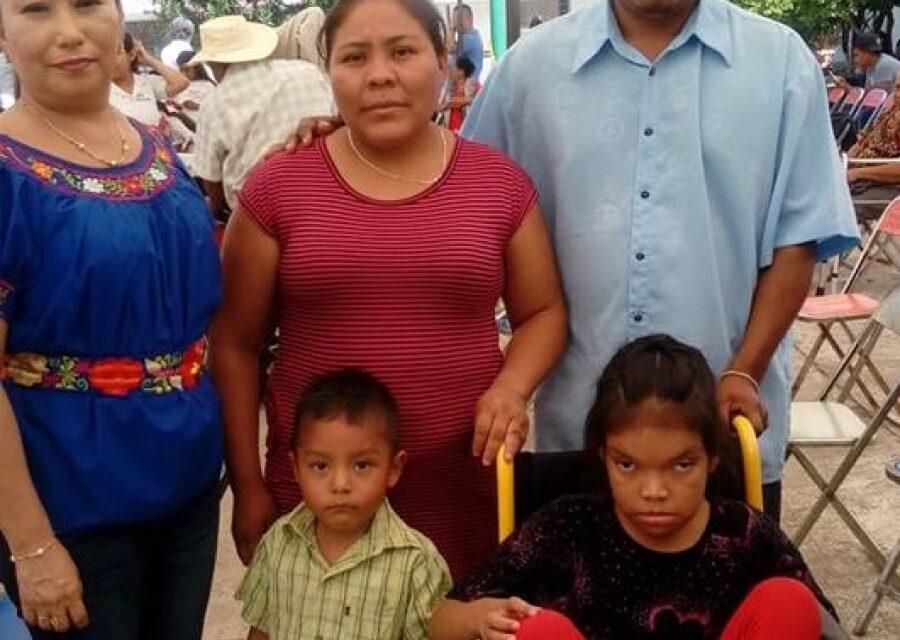 Entregó DIF de Chiautla sillas  de ruedas a pobladores
