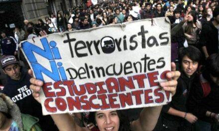 """Policías reprimen manifestación contra proyecto de """"Aula Segura"""""""