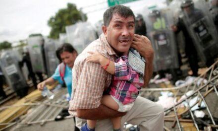 Miles de migrantes hondureños buscan cruzar la frontera con México