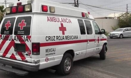 Hospitalizan a trabajador que cayó del techo de una casa