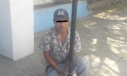 Vecinos detienen a presunto ladrón; policías descubren que traía hierba verde