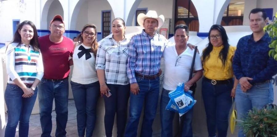 Entregó Juan Domínguez, tinacos a 14 familias chiautecas