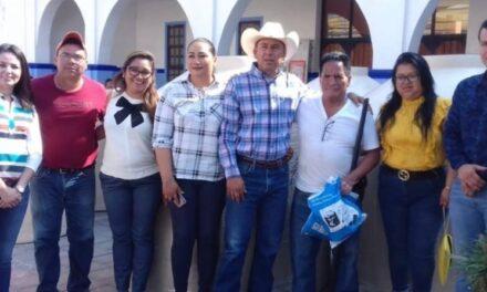 Domínguez Espinoza sigue apoyando  a las familias chiautecas