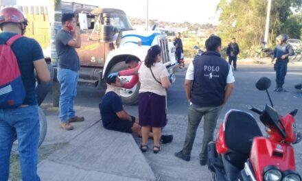 Hospitalizan a motociclistas tras chocar contra una camioneta