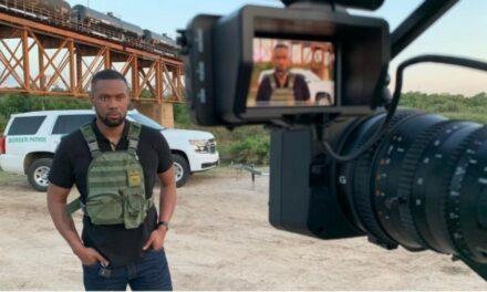 Se burlan de reportero de Fox News por uso de chaleco antibalas en frontera México-EU