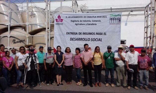 Domínguez Espinosa entrega insumos para el almacenamiento de agua