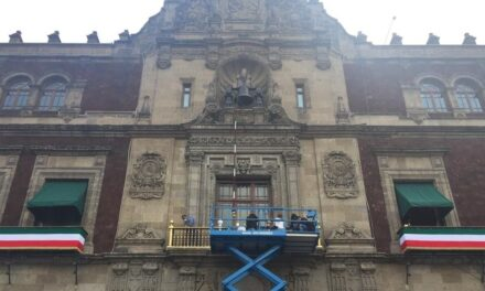 Invierten medio millón de pesos para dar 'arregladita' a balcón presidencial de Palacio Nacional