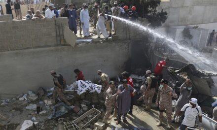 Ocho muertos en choque de avión en Pakistán