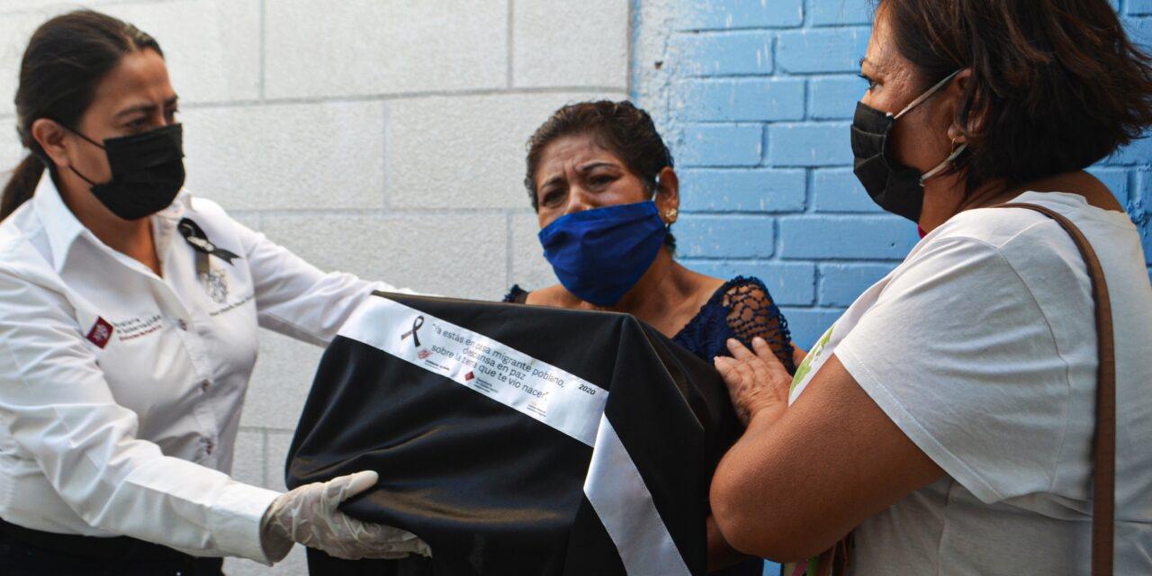 Entre lágrimas y nostalgia reciben urnas de migrantes fallecidos por Covid en EU