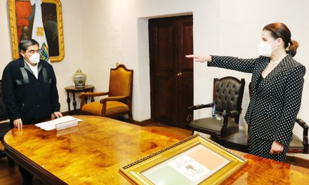 Una mujer va a la Secretaría de Gobernación del Estado
