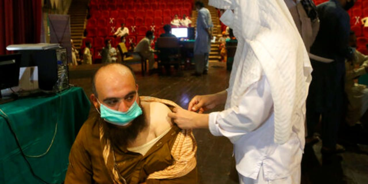 En Pakistán cortaran teléfono y pago salarial a quienes no reciban vacunación anticovid