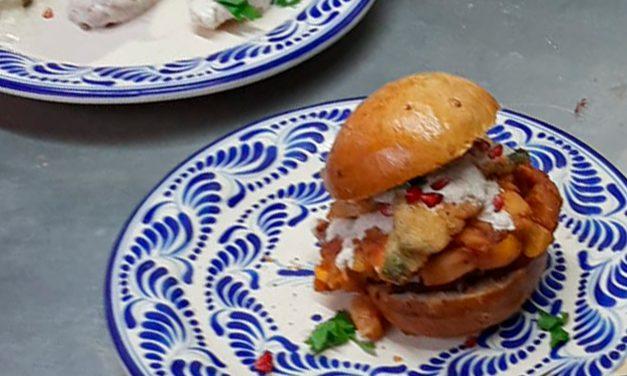Crean la hamburguesa en nogada en Puebla