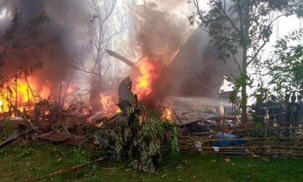 Avión militar se estrella y mata al menos a 50 personas en Filipinas