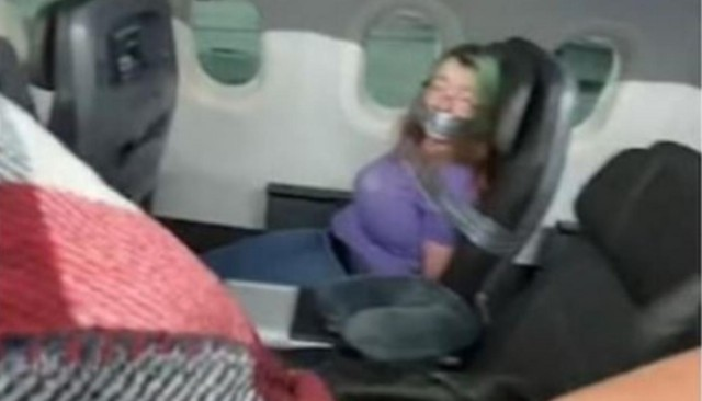 Mujer es amarrada por intentar abrir puertas de avión en vuelo