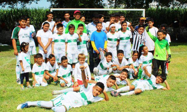 Eliseo Morales Rosales entrega porterías infantiles a la comunidad de Ahuehuezingo.