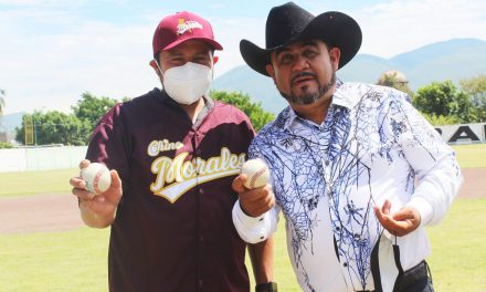 Erick Cotoñeto levanta la mano de Eliseo Morales